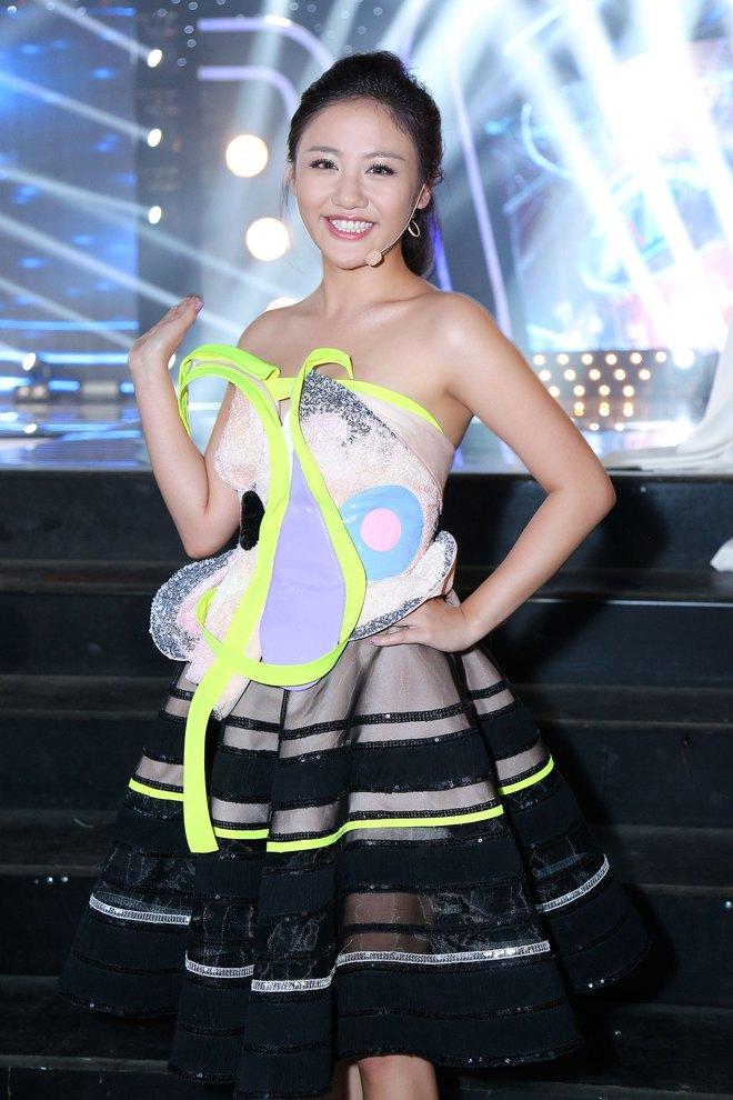 Chiếc váy kỳ quặc, gây tranh cãi của Văn Mai Hương - Ảnh 1.