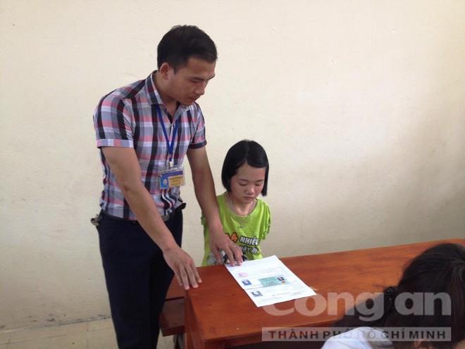 Cô bé khuyết đôi tay, làm bài thi bằng… chân - ảnh 1