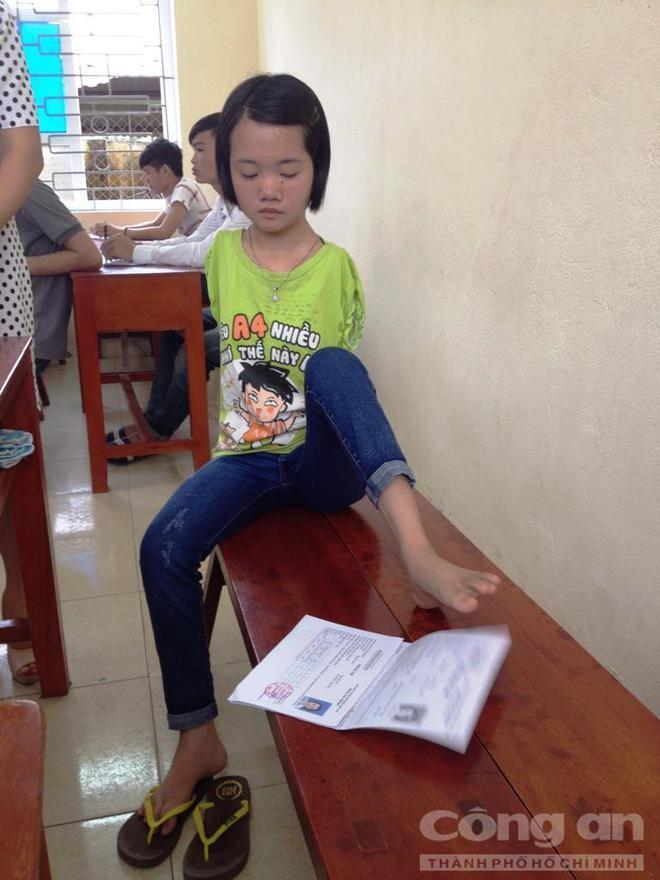 Cô bé khuyết đôi tay, làm bài thi bằng… chân - ảnh 2