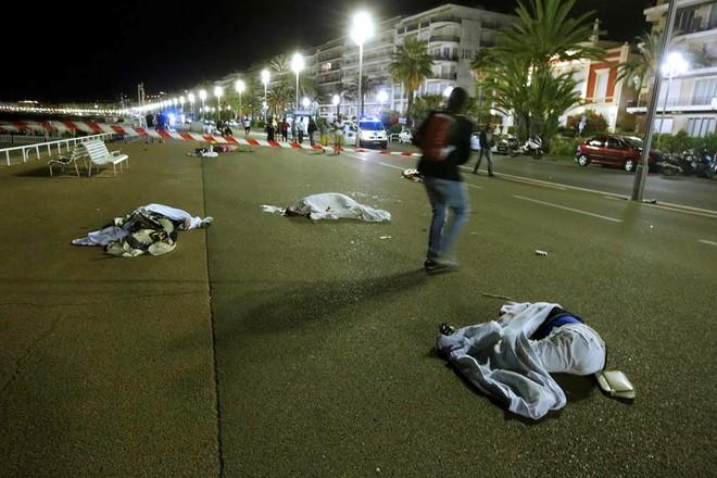 Theo nhân chứng Tony Molina, thi thể các nạn nhân sau đó được đựng trong những túi màu xanh, đánh dấu để lái xe cấp cứu nhìn thấy và không cán qua. Ảnh: Reuters