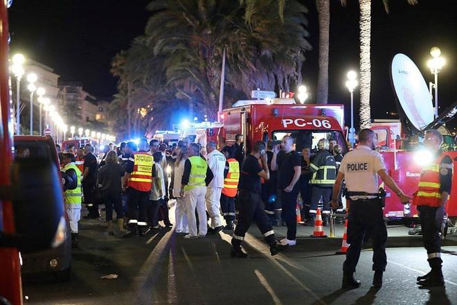 Pháp: Xe tải tấn công, xả súng vào đám đông đúng ngày Quốc khánh - Ảnh 1.