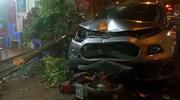 """Xe ô tô mất lái lao lên hè đâm trúng người phụ nữ, """"hạ gục"""" nhiều xe máy"""