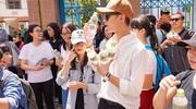 Soobin Hoàng Sơn đội nắng phát 5000 chai nước