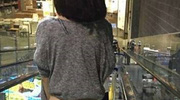 Choáng trước hình ảnh cô gái trẻ không mặc quần đi siêu thị mua sắm