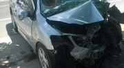 Xe ô tô 4 chỗ nát đầu sau cú va chạm với xe tải