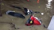 Ảnh: Xe máy chìm nghỉm trong trận mưa lũ khủng khiếp ở Thái Nguyên