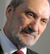 Bộ trưởng Quốc phòng Ba Lan lại gây sốc với phát ngôn chống Nga