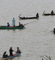 Hơn 200 người tìm 3 thanh niên đuối nước ở hồ thủy điện