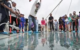 Du khách thót tim trước màn thử độ bền của chiếc cầu kính cao nhất thế giới bằng búa tạ