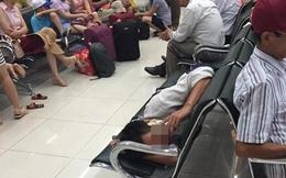"""Hình ảnh người đàn ông ở sân bay khiến ai cũng phải """"lắc đầu"""""""