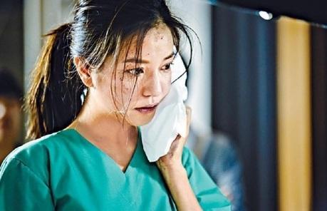Triệu Vy bầm mắt vì bị Cổ Thiên Lạc 'tát' trên phim trường