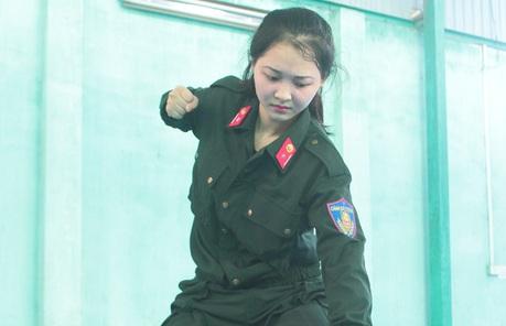 Nữ cảnh sát xinh đẹp tung võ hạ gục đối thủ