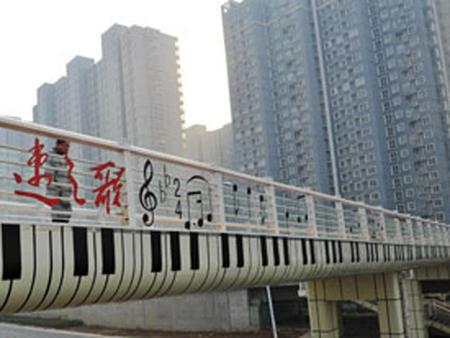 Thương dân tắc đường, quan chức sơn nốt nhạc lên cầu vượt