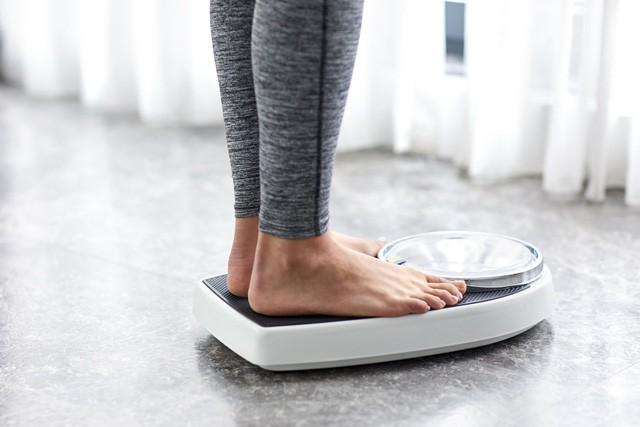 10 cách giảm huyết áp ngay tại nhà, đơn giản ai cũng có thể làm theo để đẩy lùi bệnh tật - Ảnh 2.
