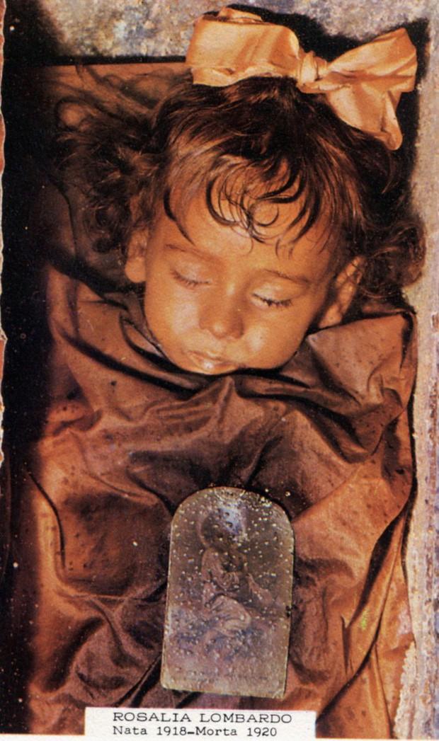 Bí ẩn về thiên thần say ngủ: Xác ướp bé gái gần trăm năm vẫn còn chớp mắt khiến ai cũng lạnh người - Ảnh 2.
