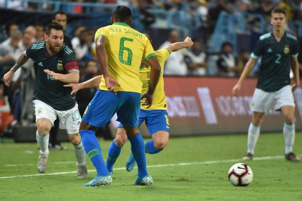 Thắng Brazil trong trận Siêu kinh điển Nam Mỹ, Messi giành chiếc cúp đầu tiên trong sự nghiệp với ĐT Argentina - Ảnh 1.