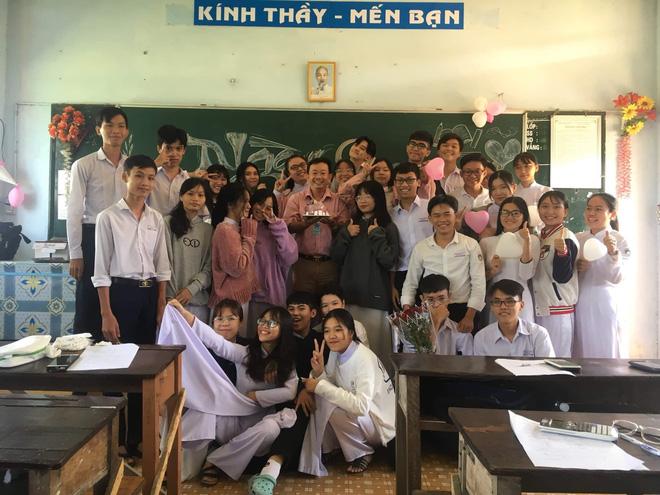 Thầy giáo siêu cấp dễ thương chụp ảnh tone-sur-tone bắt trend cùng học trò trước thềm 20/11 - Ảnh 2.