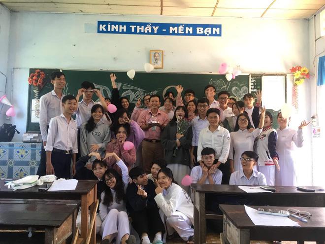 Thầy giáo siêu cấp dễ thương chụp ảnh tone-sur-tone bắt trend cùng học trò trước thềm 20/11 - Ảnh 3.