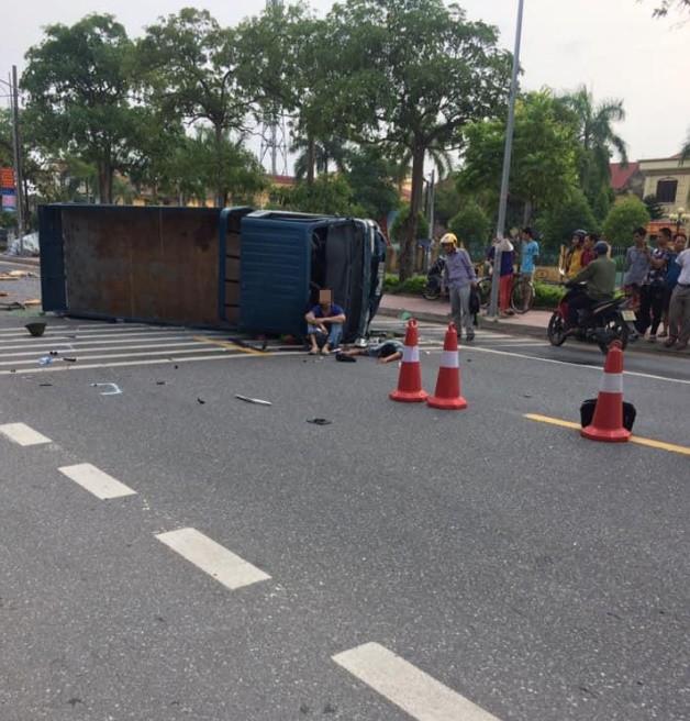 Xe tải lật ngang giữa đường khiến 2 người trọng thương, camera bóc chi tiết quan trọng dẫn tới tai nạn - Ảnh 3.