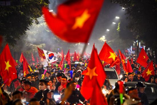 """Báo Trung Quốc dùng từ """"quá sốc"""" để mô tả cảnh fan Việt Nam ăn mừng HCV SEA Games - Ảnh 7."""
