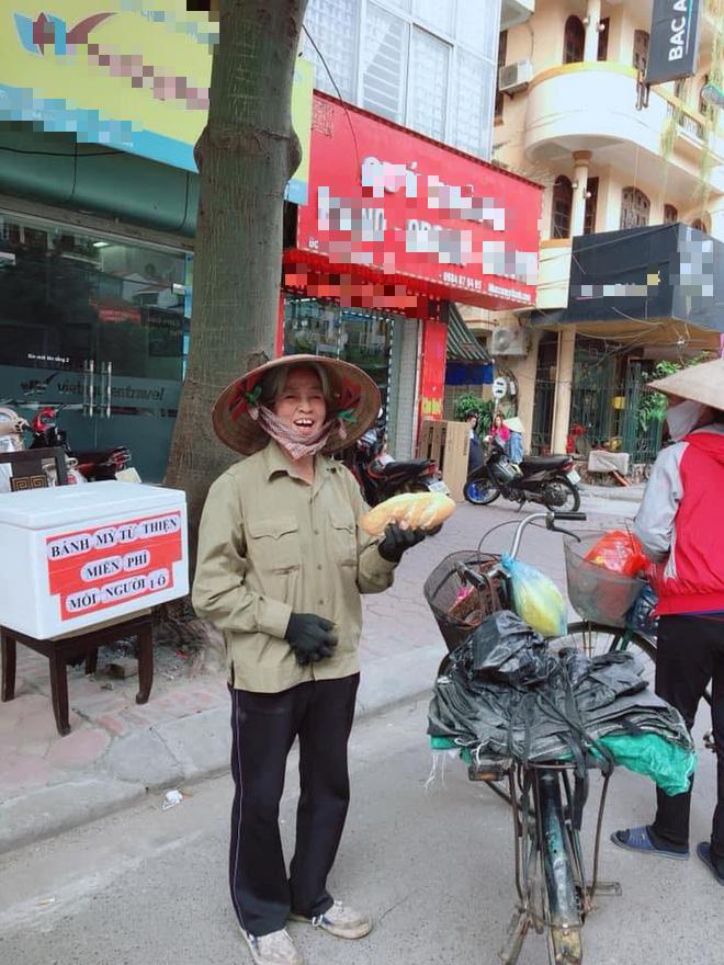 Hoa hậu Phan Hoàng Thu tặng bánh mỳ miễn phí cho người nghèo hàng ngày - Ảnh 3.