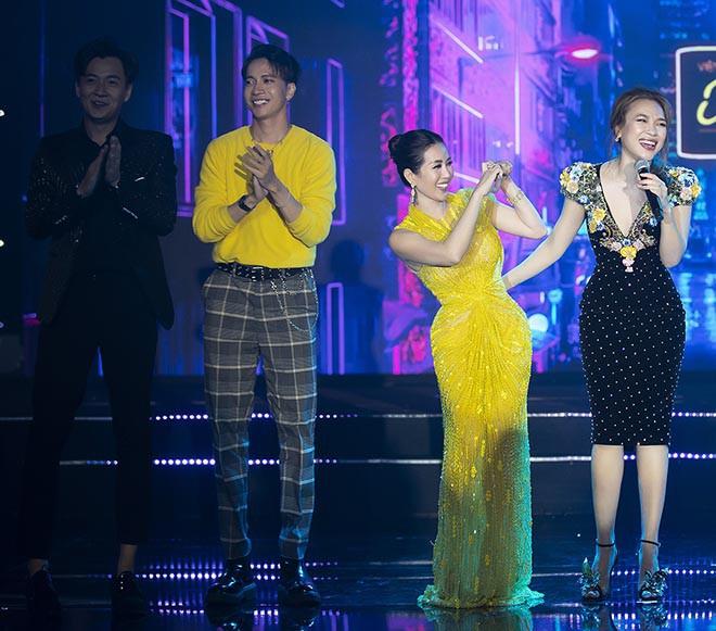 Hoa hậu Thu Hoài gây bất ngờ khi hôn tay Mỹ Tâm - Ảnh 10.