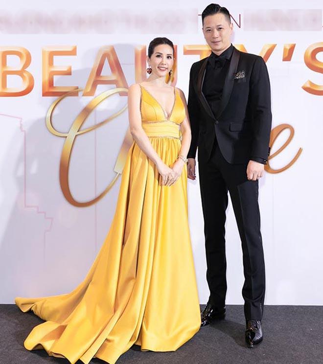 Hoa hậu Thu Hoài gây bất ngờ khi hôn tay Mỹ Tâm - Ảnh 2.