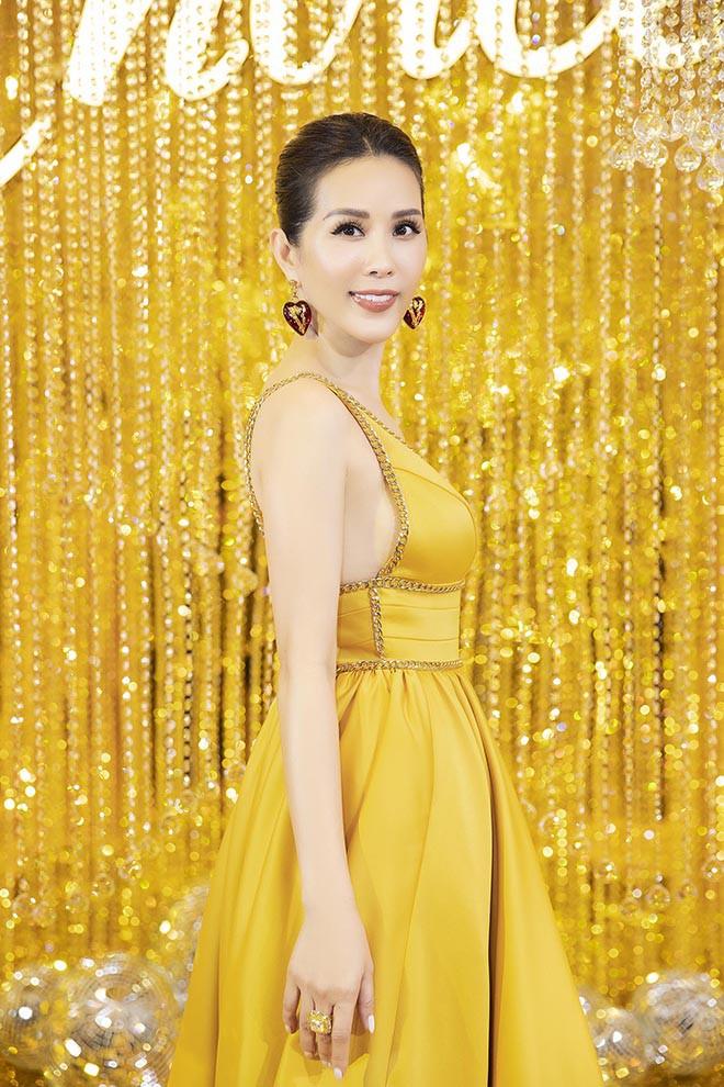 Hoa hậu Thu Hoài gây bất ngờ khi hôn tay Mỹ Tâm - Ảnh 4.