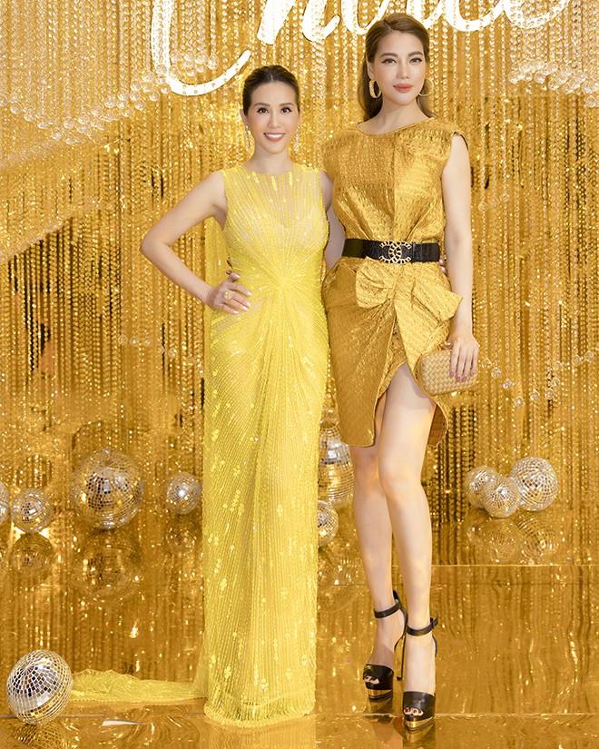 Hoa hậu Thu Hoài gây bất ngờ khi hôn tay Mỹ Tâm - Ảnh 6.