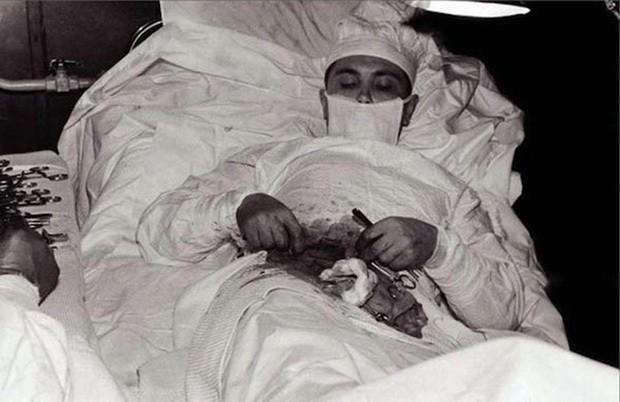 Câu chuyện cảm động đầy bất ngờ đằng sau bức ảnh bác sĩ tự mổ bụng chính mình - Ảnh 1.