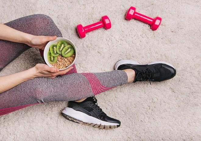 Nên ăn trước hay sau tập gym: Đây là câu trả lời của HLV thể hình và chuyên gia dinh dưỡng - Ảnh 2.