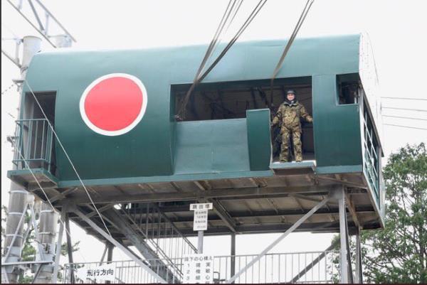 Bộ trưởng Quốc phòng Nhật Bản nhảy dù làm mẫu trong diễn tập quân sự Mỹ-Nhật - Ảnh 1.
