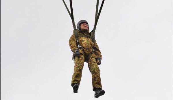 Bộ trưởng Quốc phòng Nhật Bản nhảy dù làm mẫu trong diễn tập quân sự Mỹ-Nhật - Ảnh 4.