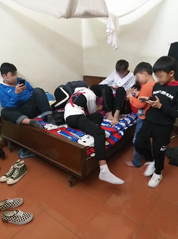 Hình ảnh hàng chục đứa trẻ ngồi túm tụm trên giường, yên lặng dán mắt vào smartphone khi đi chúc Tết khiến nhiều người giật mình - Ảnh 4.