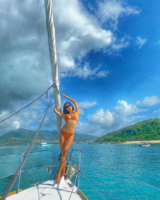 Nữ thần phim 18+ xứ Đài diện bikini 'bỏng rẫy' trên du thuyền - Ảnh 1.