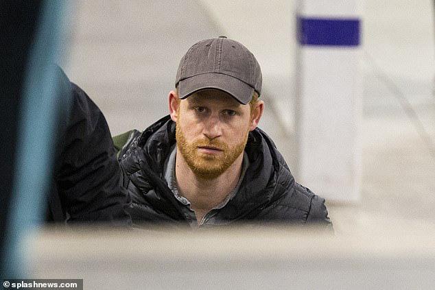 Hoàng tử Harry tay xách nách mang một mình trở về Anh, đáng chú ý nhất là nét mặt bất thường khiến ai nhìn cũng giận sôi máu - Ảnh 1.