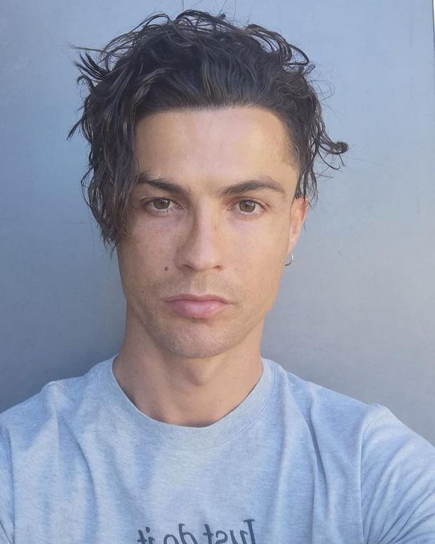 Ronaldo gây sốt MXH bằng kiểu đầu mì tôm mười năm mới có một lần, fan đồng loạt xuýt xoa khen ngợi: Trông anh như đang hồi xuân - Ảnh 1.