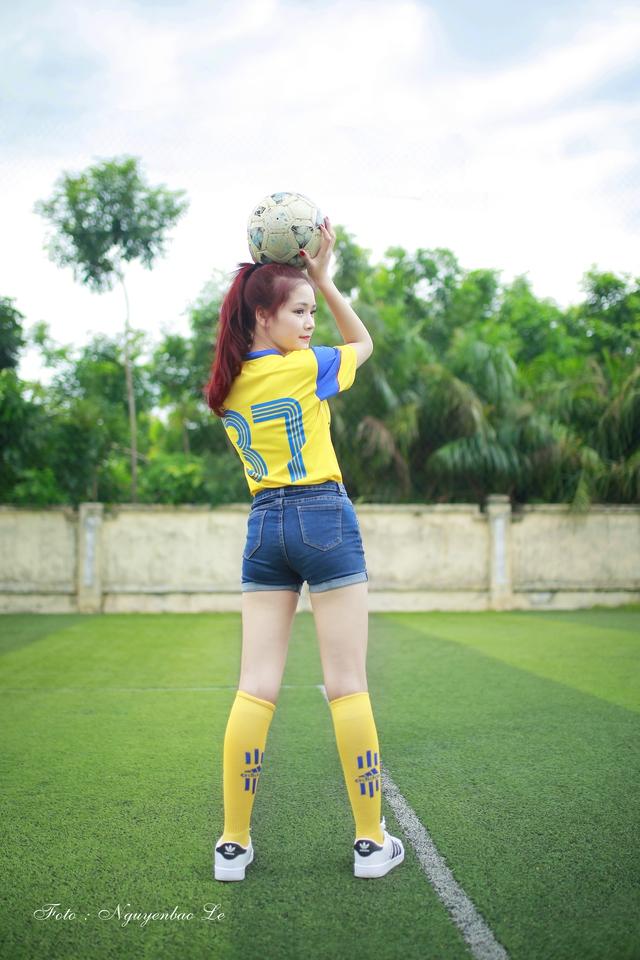 Chia sẻ về bộ ảnh mới nhất này, Minh Trang cho biết mình đã phải thực hiện bộ ảnh vào đúng hôm trời mưa. Thế nhưng vì tình yêu với đội bóng quê nhà và cố gắng khích lệ, cổ vũ tinh thần các cầu thủ, cô đã cố gắng hoàn thành tốt buổi chụp.