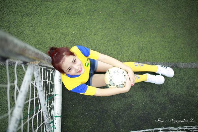 Trong trang phục đội bóng Sông Lam Nghệ An, Minh Trang tiếp tục khiến người xem trầm trồ bởi vẻ đẹp trẻ khỏe, đầy năng động của mình.