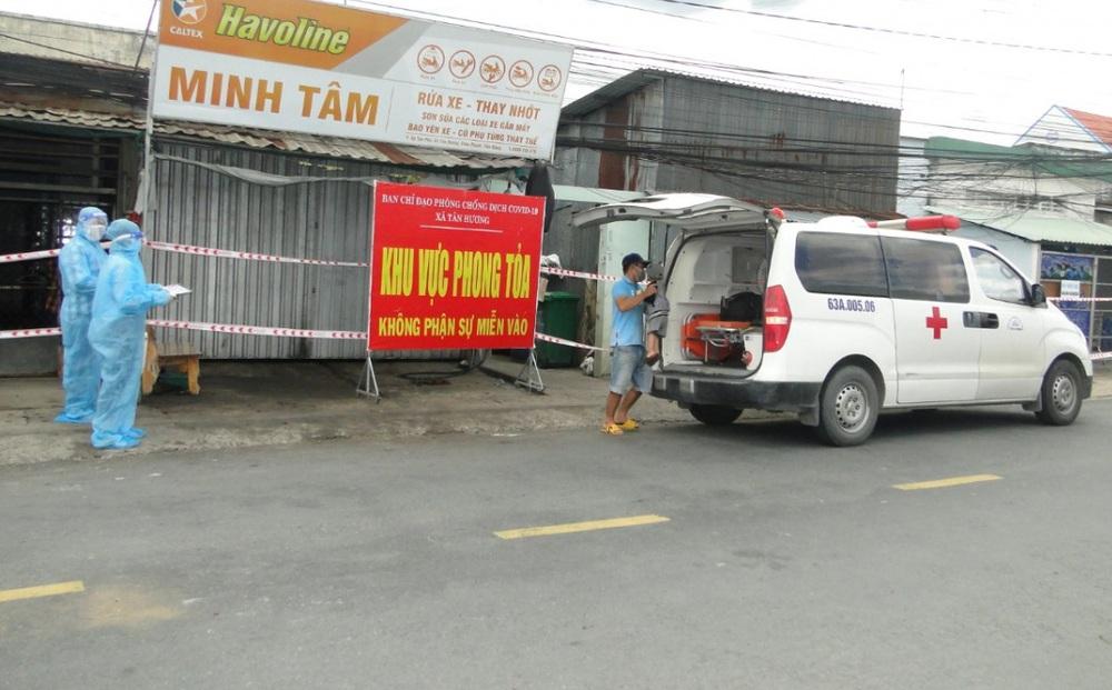 Trung tâm y tế huyện Châu Thành đưa các ca dương tính đi điều trị. Ảnh: VOV