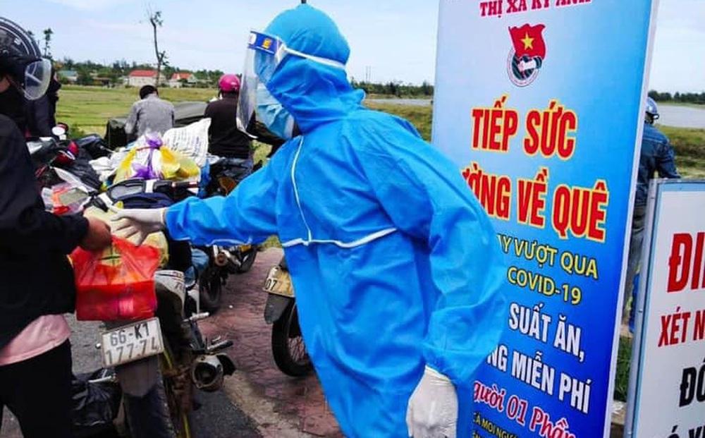 Trường trong một lần tham gia tình nguyện phòng chống dịch Covid-19 hỗ trợ những người đi xe máy về quê.