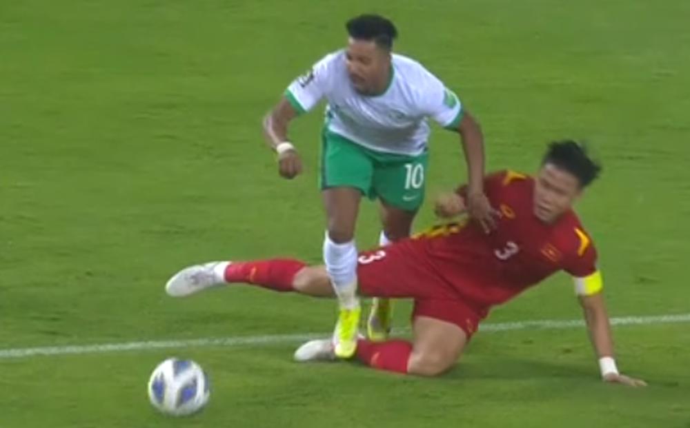 Quế Ngọc Hải phạm lỗi, tuyển Việt Nam nhận bàn thua bởi cú panenka của cầu thủ Ả Rập Xê Út