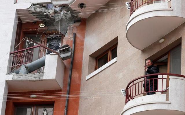 24h qua ảnh: Người dân đứng cạnh tên lửa chưa nổ trên ban công
