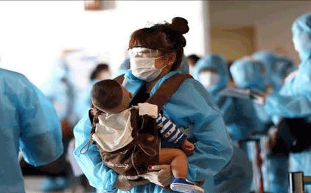 Bé gái 1 tuổi người nước ngoài cùng 7 người khác mắc Covid-19