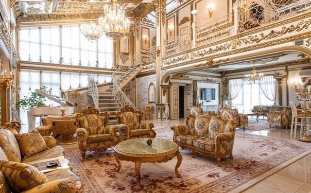 """Cận cảnh cung điện vàng """"núp bóng"""" nhà cấp 4"""