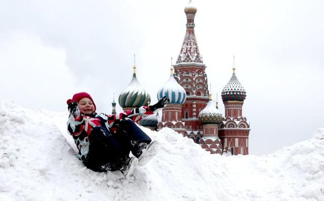24h qua ảnh: Em bé chơi đùa trên đống tuyết ở Quảng trường Đỏ