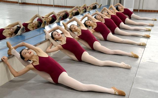 24h qua ảnh: Nữ sinh Trung Quốc chăm chỉ luyện tập múa