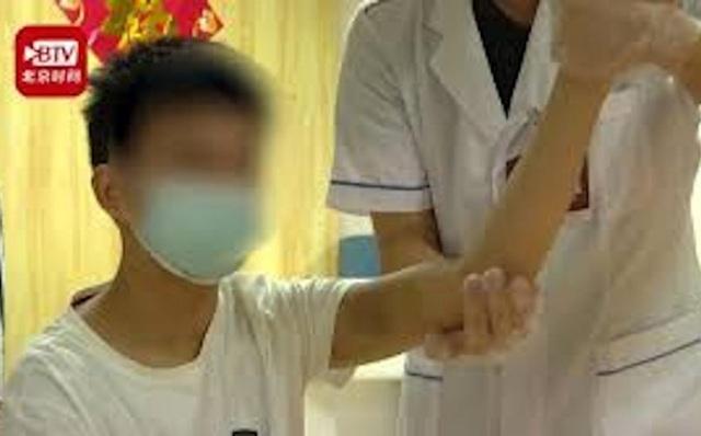 Một cậu bé đột quỵ và liệt cả cánh tay vì chơi game cả ngày trong đợt cách ly vì Covid-19