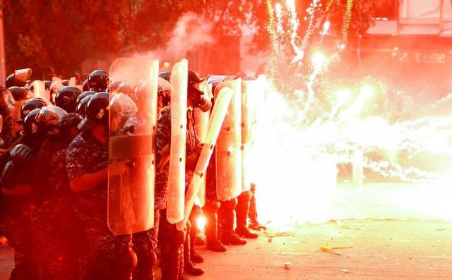 24h qua ảnh: Người biểu tình ném pháo vào cảnh sát chống bạo động ở Lebanon