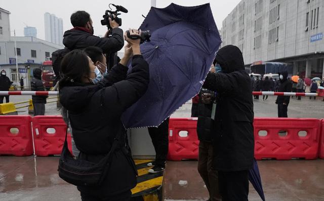 24h qua ảnh: Nhân viên an ninh Trung Quốc dùng ô ngăn phóng viên ở Vũ Hán